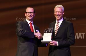 Nella foto da sinistra da sinistra Hans van Leeuwen, Executive Vice President, Marketing and Sales, di Toyota Material Handling Europe, riceve l'IFOY Award da Andreas Gruchow, Membro del Consiglio di Amministrazione di Deutsche Messe AG