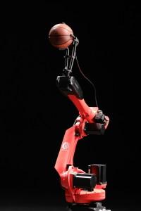 Il robot di Comau che gioca a basket