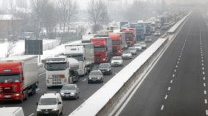 autostrada-scorcio-con-camion-e-neve