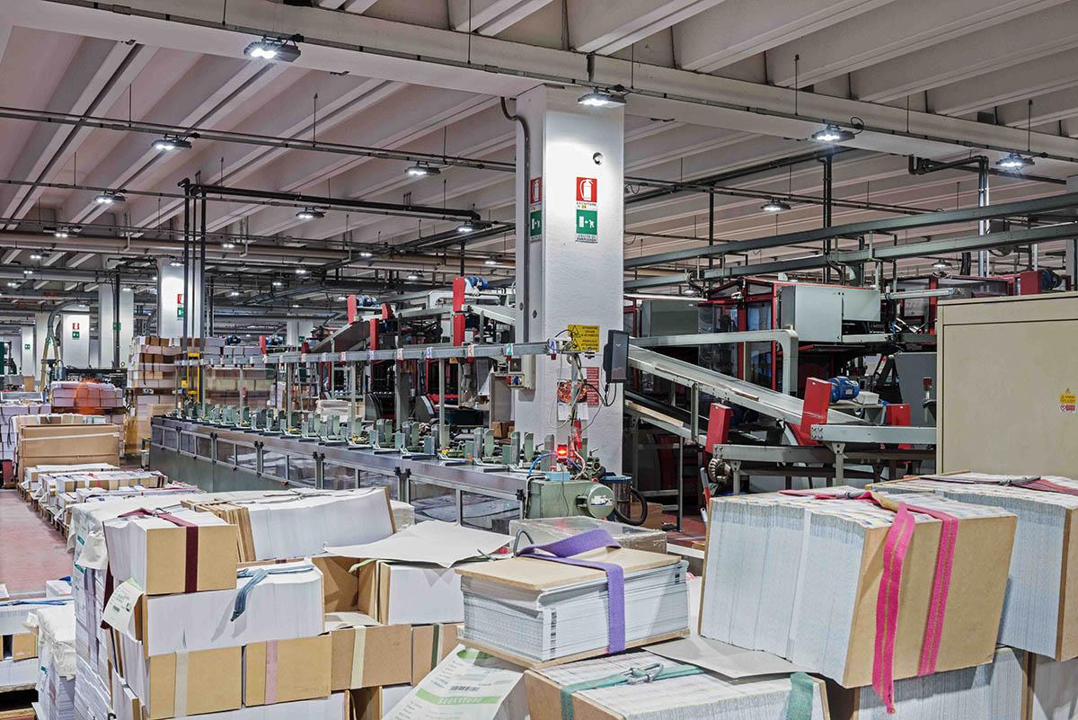 Plafoniere Da Magazzino : Gewiss illuminazione efficiente in magazzino logistica