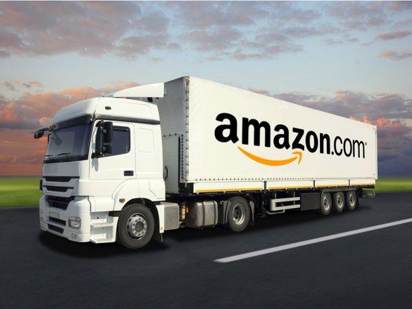 Camion adibito al trasporto merci con la scritta Amazon sul lato