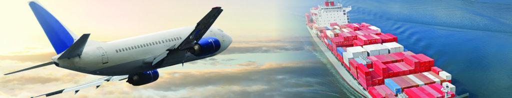 Aereo bianco e blu in aria con accanto nave carico che naviga