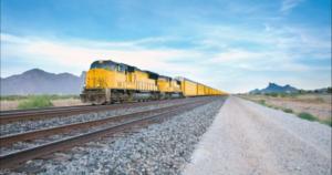 foto di un treno giallo su rotaia