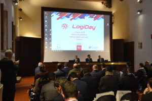 foto dell'evento con schermo e platea